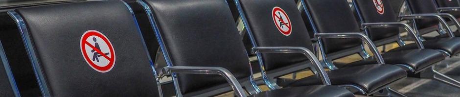 Imagen de las restricciones en asientos de un aeropuerto